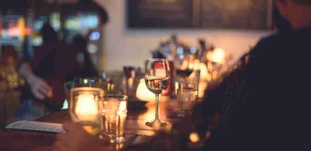 Copa de vino en un restaurante.