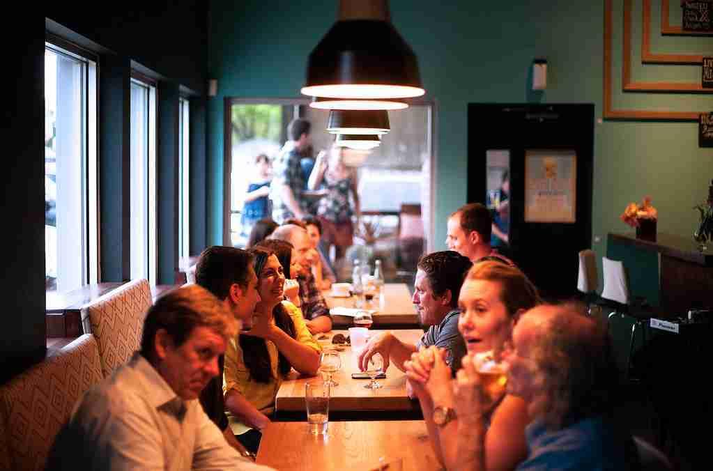 Un restaurante lleno de clientes en sus mesas.