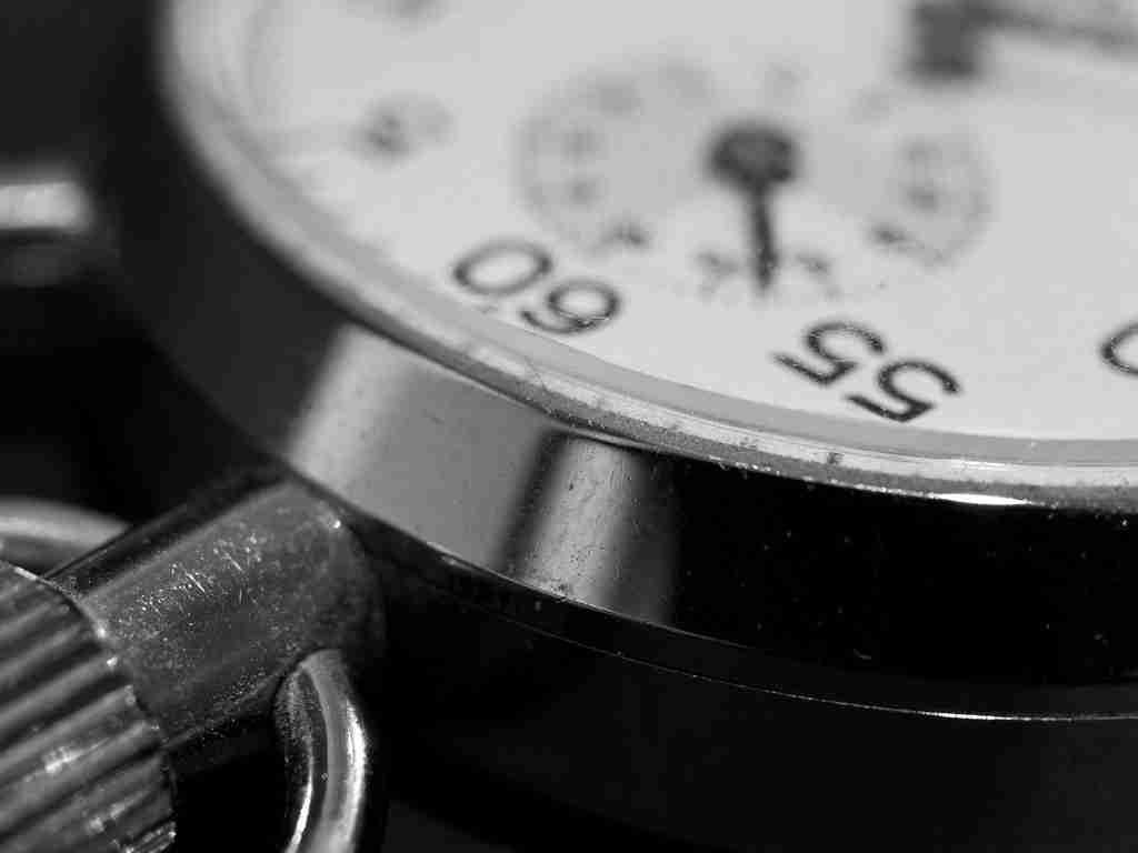 Temporizador, semejante a un reloj o cronometro, en blanco y negro.