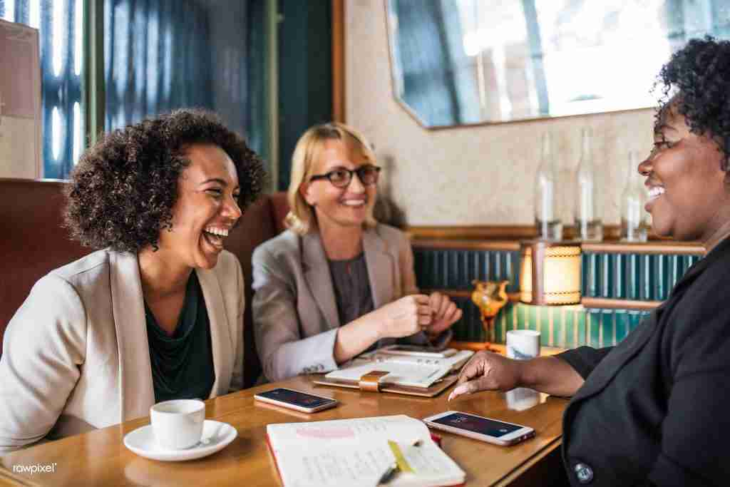 ameliorer-efficacite-restaurant-businesswoman-discussion