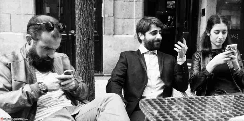 technologies-de-restaurant-regarde-smartphone